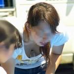 子供に気を取られた若奥さんが胸チラパンチラしちゃってる絶妙な隠し撮りでシコシコしましょう[25枚]