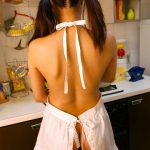 近所にいそうな人妻嫁がキッチンで裸エプロン姿でエロいサービスしてる画像の破壊力高すぎwwww[20枚]