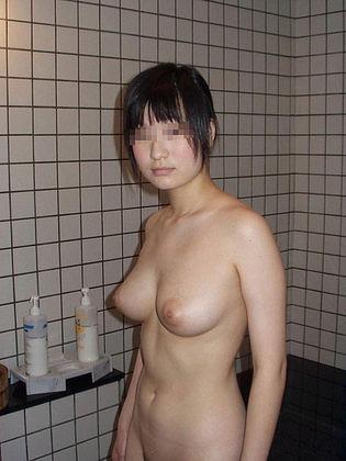 32歳くらいの素人っぽい人妻が大胆ヌードで微笑む画像、俺氏が3回抜いたのがコチラ[14枚]