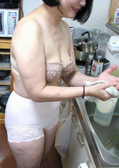 30代の素人っぽいおばさん熟女がエロ下着でエロい事してる画像のお気入りをうp[14枚]