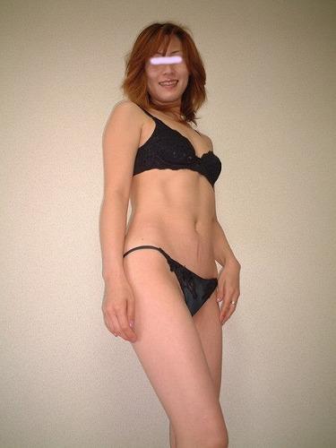 40手前のオバサン熟女が下着で露出プレイしてる画像がマジエロ過ぎ[25枚]