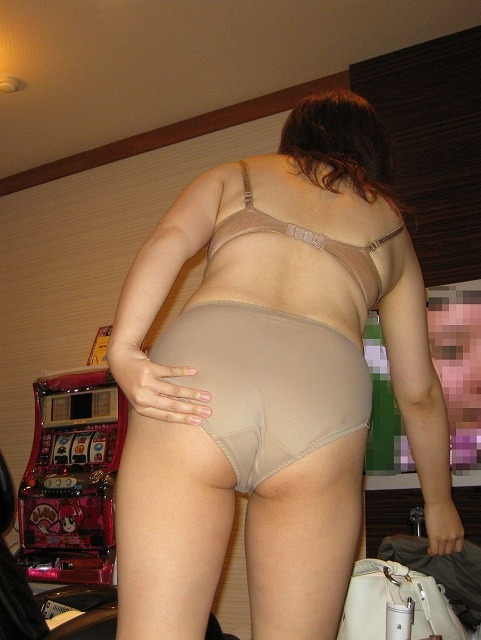 30代の熟女が秘密のホテルで卑猥なボディを見せてくれる画像で、まったりシコシコ[15枚]
