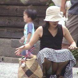 子供を連れた人妻がパンチラしてる画像が即ヌキ確実ww[15枚]