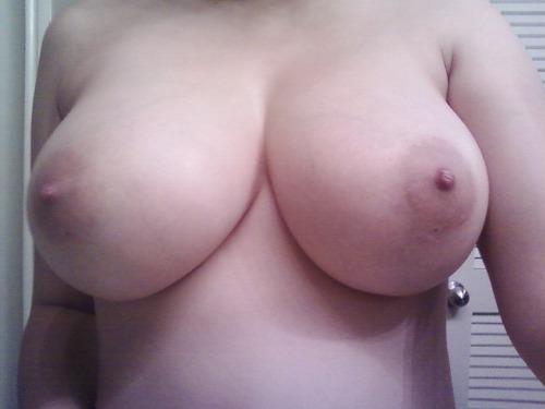 Fカップ巨乳の23歳くらいの新妻のプルプルおっぱい画像をどうぞ[14枚]