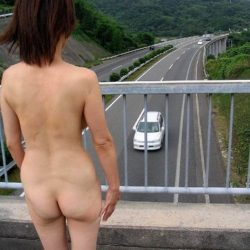 一般の主婦が路上でナマ露出してる画像がアツい![25枚]