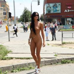 エッチな外人お姉さんが街中でまっぱで露出プレイしてる画像、一見の価値あり[40枚]