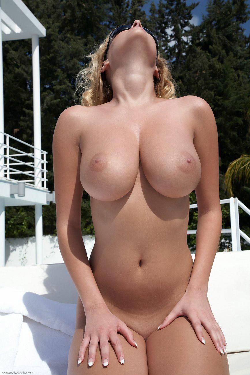 デカチチ巨乳の女の子のエロおっぱい強調画像がたまらんエロさ[49枚]