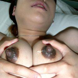 使い込んだ黒い乳首の美人さんが卑猥な感じになった画像をご覧ください[31枚]