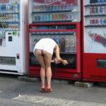 女が自販機の前でヘンタイ露出してる画像がたまらんエロさ[37枚]