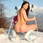 女の子が雪降ってる外で全裸で露出プレイしてる画像のお気入りをうp[26枚]