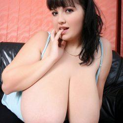 絶品巨乳のおもわず揉みたい美乳の外人お姉さんが淫乱な姿になった画像のエロさは尋常じゃない[22枚]