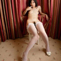 網タイツお姉さんがエッチな美脚を丸出しにしてる画像がセクシー過ぎて抜ける[37枚]