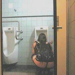 女が公衆便所で便器舐めさせられてる画像がセクシー過ぎて抜ける[38枚]