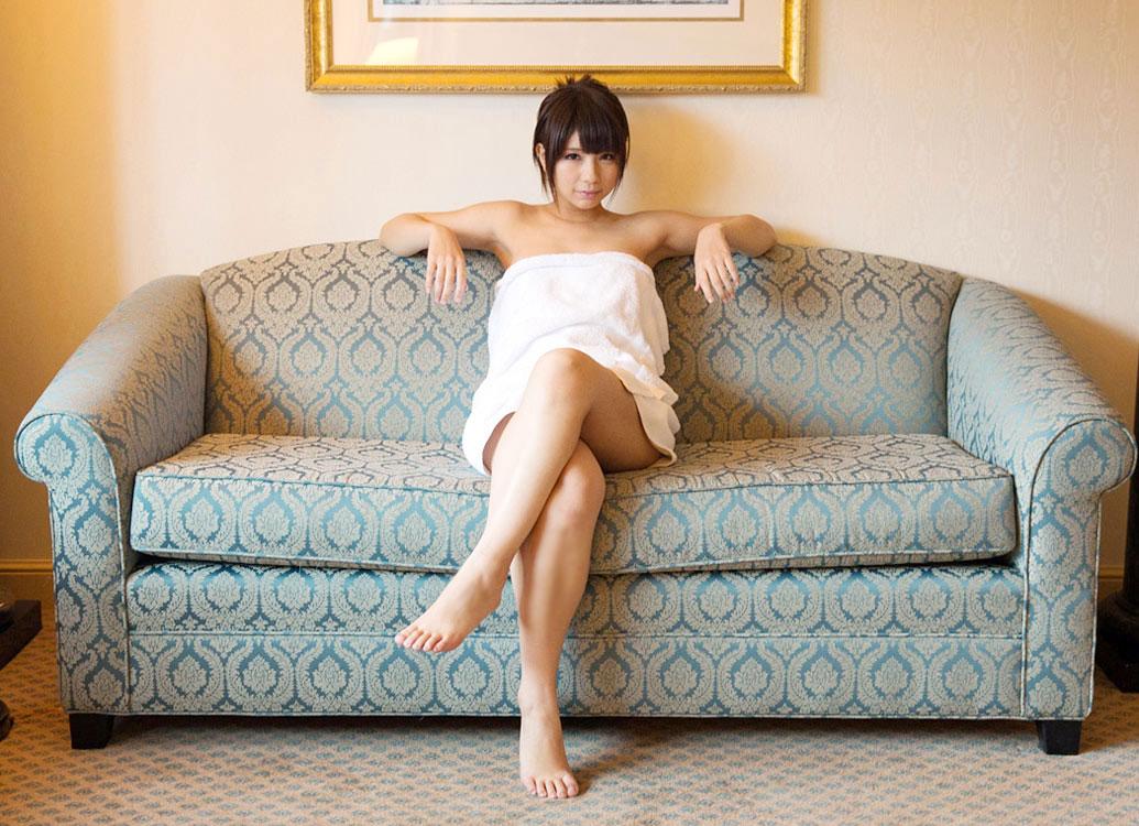 結構可愛い美女が足を組んでエロ脚と太ももを見せてくれる画像をうp[24枚]