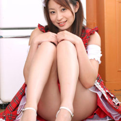 結構可愛いお姉さんがエロい美脚とか太もも晒してる画像がたまらんエロさ[42枚]