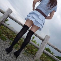 女の子が服を着たままニーソでエッチなサービスしてくれる画像のエロさは最強[43枚]