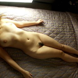 女の子がまっぱで寝そべってエロいサービスしてる画像、勃起まで6秒ですわ[33枚]