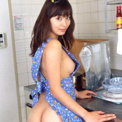 芸術的美乳の美女が裸エプロン姿でエッチなおねだりしてる画像のエロさは最強[30枚]