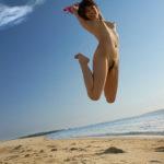 色気のあるギャルが海や砂浜で露出プレイしてる画像をどうぞ[36枚]