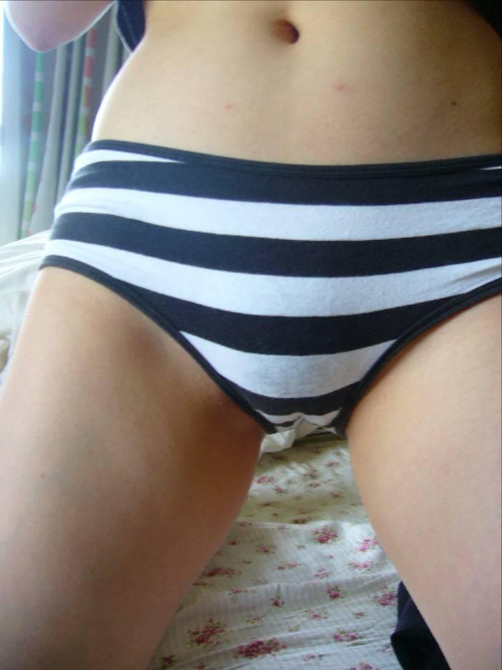 エッチなお姉さんが縞パンツでパンティとかアソコを見せつけてくる画像をお楽しみ下さい[33枚]