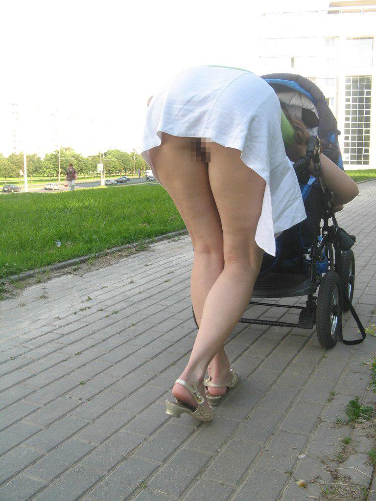 外人お姉さんが街中でスカートの中ノーパンになってる隠し撮り画像、コレは勃起するわw[30枚]