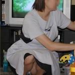 【熟女エロ画像】熟女おばさんが駅や公園でパンチラしてる画像[15枚]